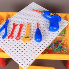 Маса, столче, инструменти и 3D пъзел-мозайка