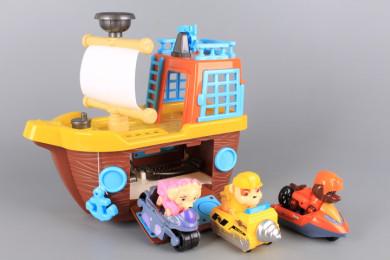 Кораб с три кученца и превозни средства