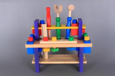 Дървена маса с инструменти