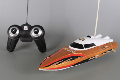 Лодка радиоуправляема със зареждащи се батерии
