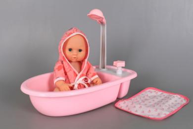 Бебе във вана с течаща вода от душа