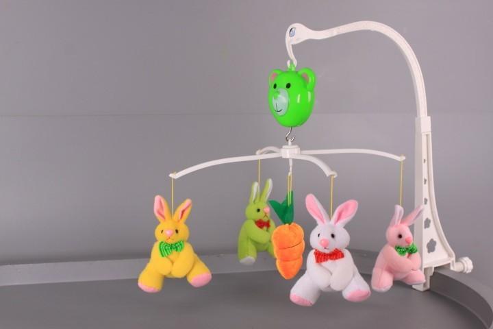 Музикална въртележка с плюшени зайчета