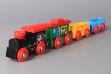 Локомотив и три вагона дървени