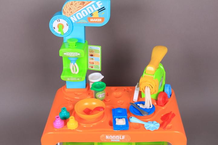 Щанд с моделин и машина за спагети