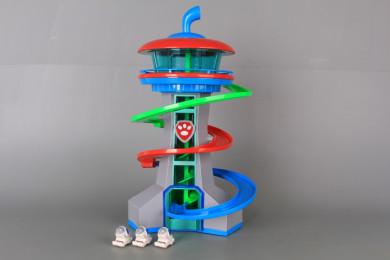 Наблюдателна кула с пързалка за кученца