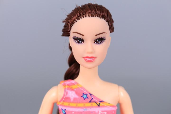 Кукла с чупещи се стави, сърф и шезлонг