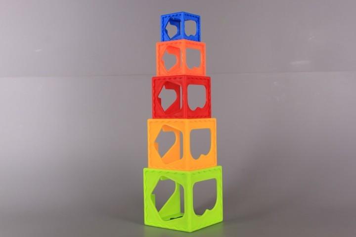 Занимателна кула от кубчета