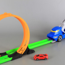 Писта с лупинг и кола-катапулт