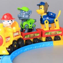Влакче с два вагона и патрулиращи кученца