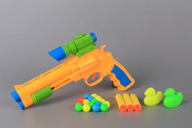 Пистолет със стрели, топчета и мишени