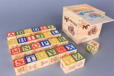 Дървени кубчета в кутия