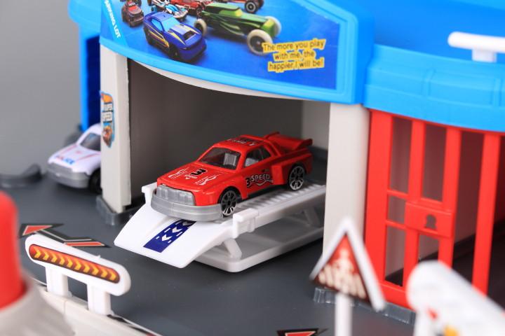 К-т Паркинг с катапулт и две метални коли