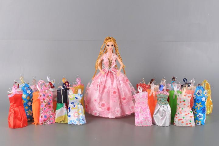 Кукла с чупещи се ръце и 32 рокли