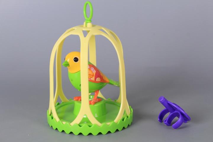 Интерактивно пеещо птиче в клетка