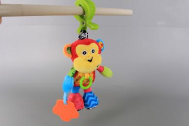 Плюшена маймунка с щипка-дрънкалка за количка